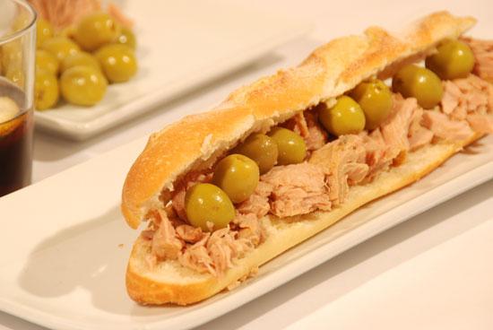 Resultat d'imatges de torrada de atun amb olives